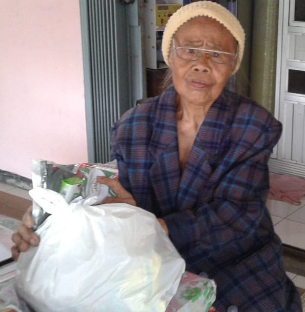 Hundreds of elderly people in Cipanas need your help.