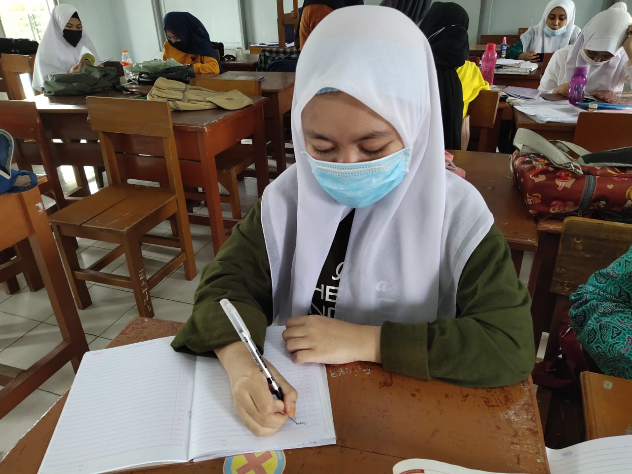 Among millions of students who are affected by the COVID-19 pandemic, Heni is struggling to keep learning. She is one of the students in rural Indonesia who is in YUM's sponsorship program.